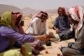 Aida und die Männern trinken zusammen ihren Tee, Foto: Maria Estalla Dürnecker
