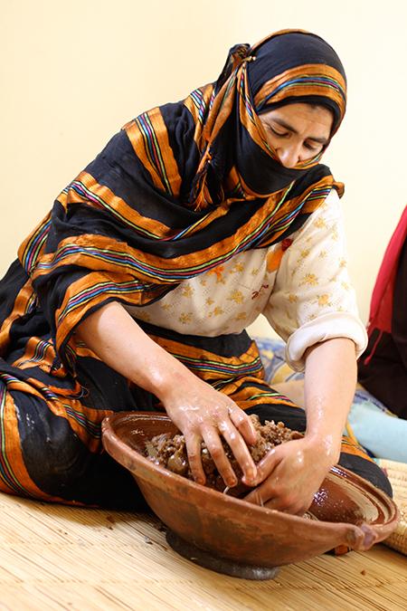 Marokkanerin knetet den Arganbrei