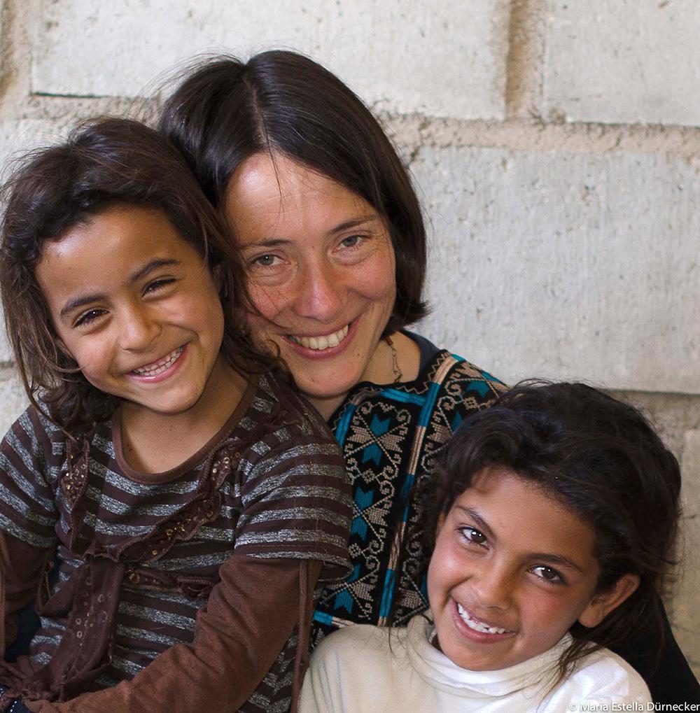 Aida mit Kindern ihrer beduinischen Großfamilie, Foto: © Maria Estella Dürnecker